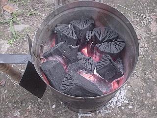 チムニー・スターターで着火中の画像