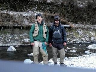 小菅川をバックに記念撮影