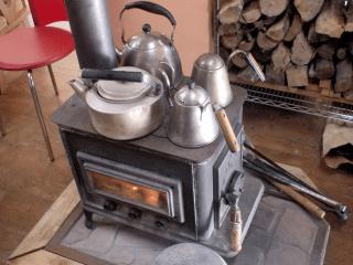 薪ストーブで暖を取りながら釣りをする