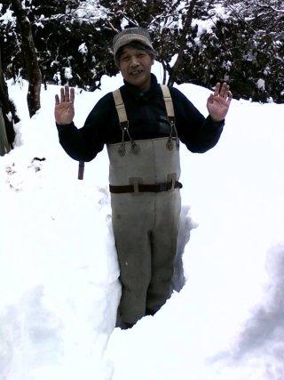 積もった雪が腰の辺りまであります